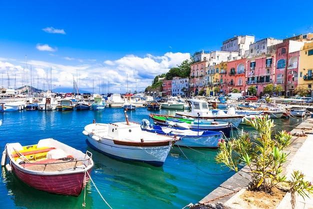 Colrful soleggiata isola di procida, italia