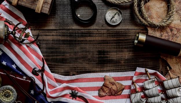 Sfondo del giorno di colombo. mappa e scoperta di vecchie attrezzature. esplorazione e storia dell'america in ottobre.
