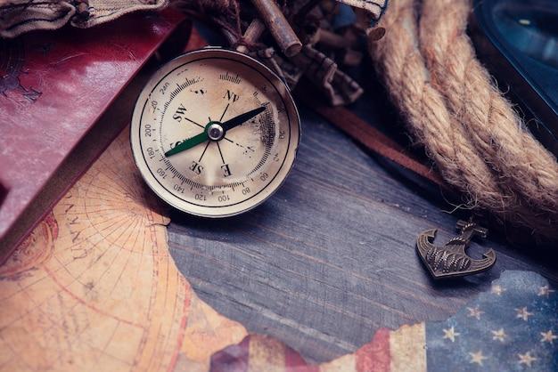 Columbus day e mappa del mondo con bussola