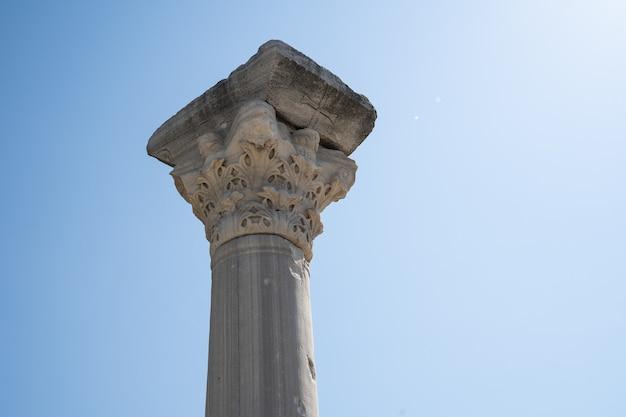 Colonna su uno sfondo di vista ravvicinata del cielo blu