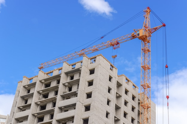 Gru a colonna e abitazioni multipiano in costruzione