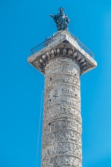 Colonna di marco aurelio a roma, italia. foto verticale