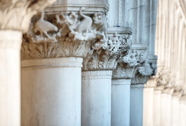 Sculture di colonne di palazzo ducale, piazza san marco, venezia, italy