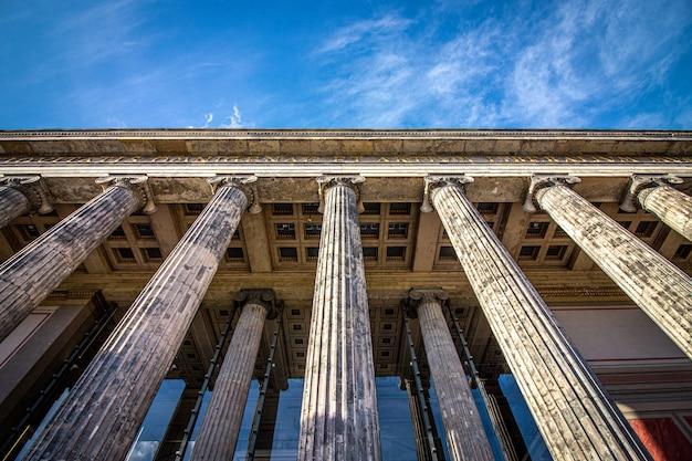 Colonne della facciata del vecchio museo di berlino, germania.