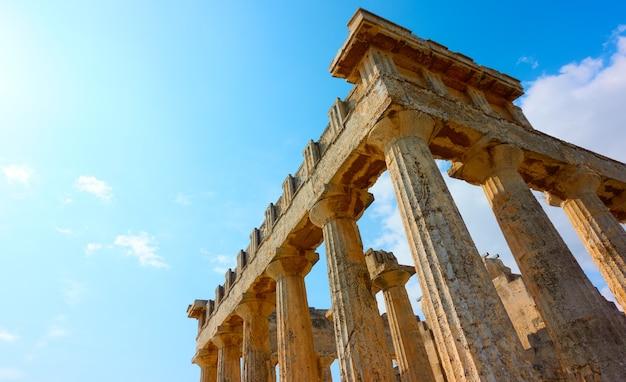 Colonne del tempio di aphaea nell'isola di egina, isole saroniche, grecia