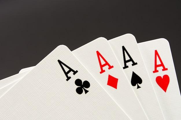 La combinazione di carte da gioco poker casinò. quattro assi su sfondo nero