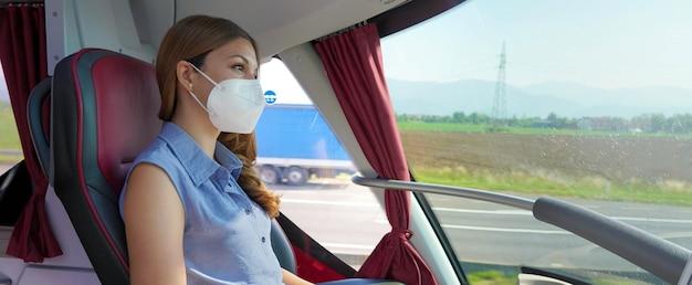 Comfort travel business donna guardando fuori dalla finestra sul servizio di autobus interurbani. imprenditrice in prima classe posto banner panorama persone stile di vita.