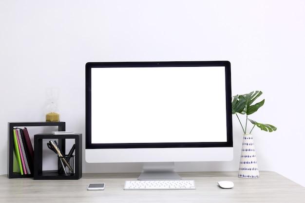 Comodo posto di lavoro domestico con computer sul tavolo