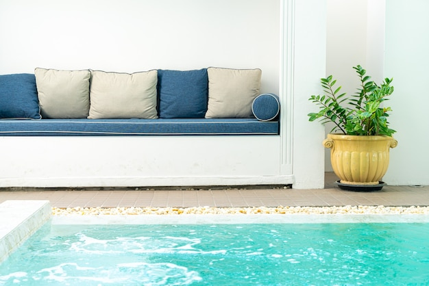 Comodo cuscino decorare sul divano intorno alla piscina