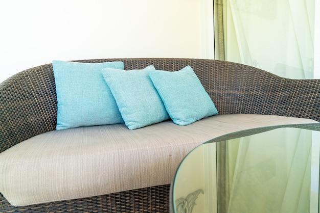 Confortevole decorazione del cuscino sulla sedia del patio sul balcone