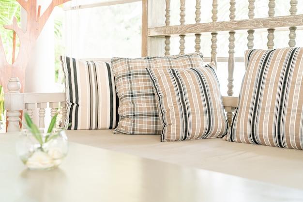 Comodo cuscino sulla sedia del patio