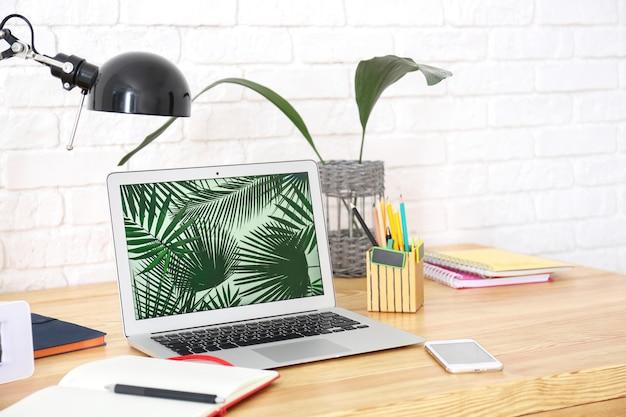 Posto di lavoro confortevole con laptop sul tavolo