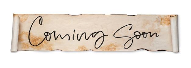 Prossimamente. iscrizione scritta a mano su un rotolo di carta vecchia. isolato su bianco.