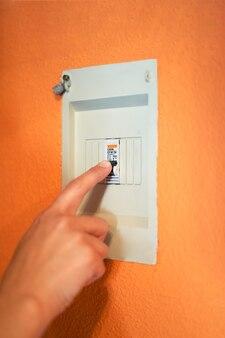 Comando che taglia la potenza generale della casa o dell'azienda, concetto di risparmio di energia elettrica
