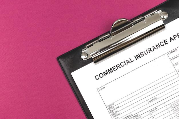 Domanda di assicurazione commerciale. appunti su un desktop aziendale. vista dall'alto e copia spazio foto