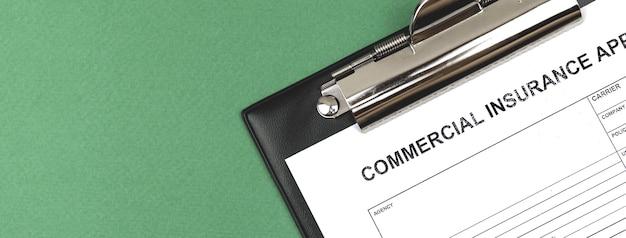 Foto dell'insegna del modulo di assicurazione commerciale. appunti con accordo e documento politico su di esso. copia spazio e foto vista dall'alto