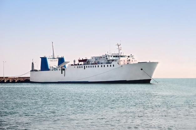 Traghetto per veicoli commerciali al mare