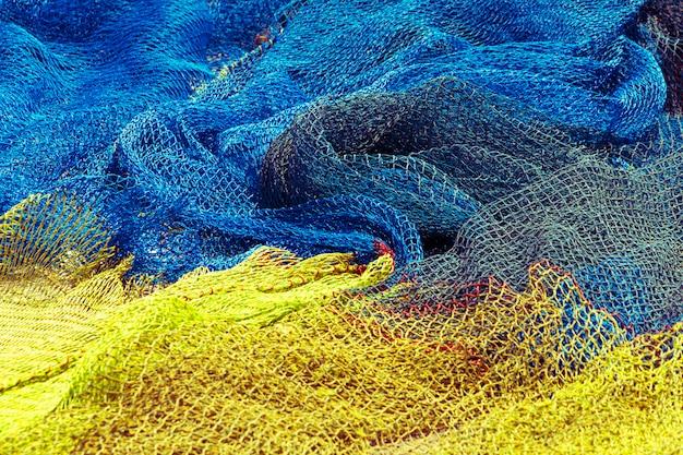 Reti da pesca commerciali di colore giallo e blu
