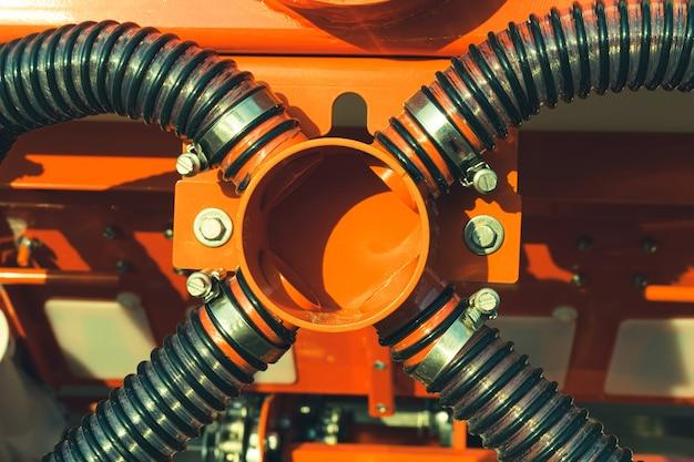 Ingresso comune per il collegamento di tubi corrugati di una seminatrice agricola.