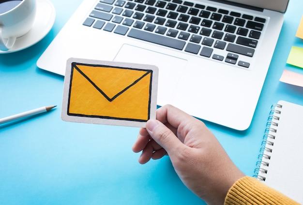 Comunicazione o concetto di messaggio di posta elettronica
