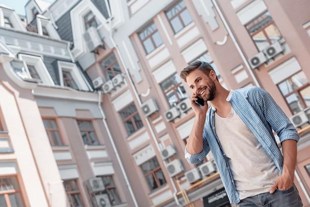 La comunicazione è la chiave per il successo personale e professionale uomo dai capelli castani sorridente con gli occhi azzurri