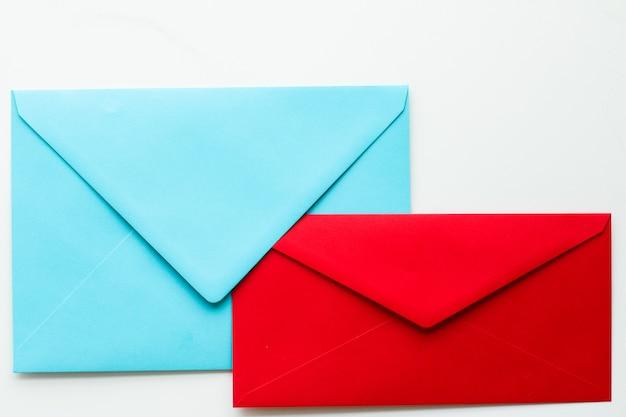 Newsletter di comunicazione e buste per il concetto di business su messaggio di sfondo in marmo