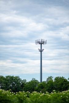 Torre di comunicazione 5g sullo sfondo del cielo nuvoloso