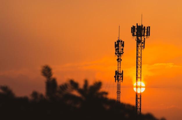 Torre di comunicazione durante il tramonto, torre di telecomunicazione silhouettes sullo sfondo del tramonto