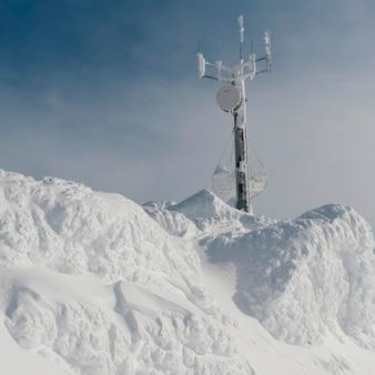 Torre di comunicazione su una montagna innevata, whistler, columbia britannica, canada