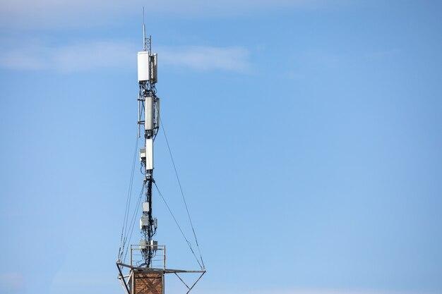 Cima della torre di comunicazione. torre dell'antenna radio, torre dell'antenna a microonde sullo sfondo del cielo chiaro