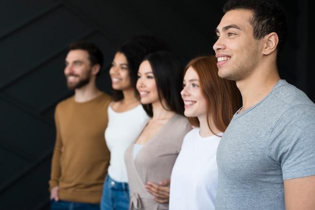 Comunità di giovani in posa insieme