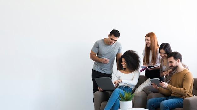 Comunità di giovani che socializzano