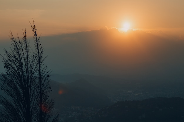 Como, italia. tramonto sulle colline.
