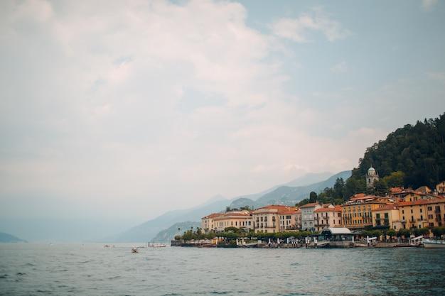 Como, italia. villa sulla costa del lago.