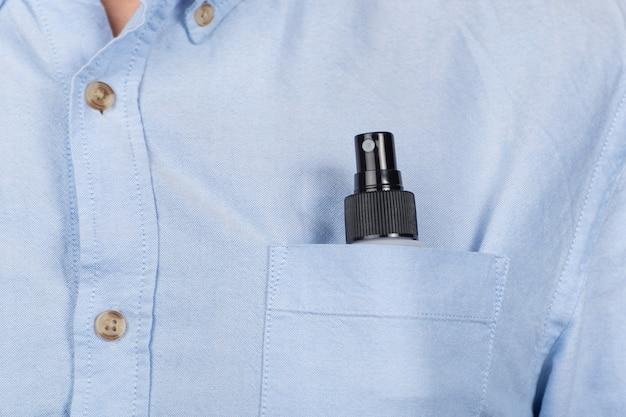 Spray compatto nella tasca della camicia. spray protettivo antibatterico nel taschino