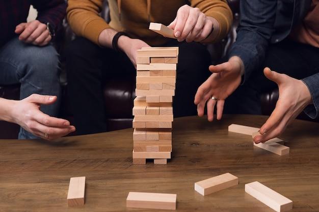 La compagnia dei ragazzi gioca a giochi da tavolo, lavoro di squadra. foto di alta qualità