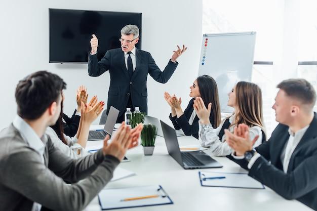L'azienda vince 1 milione di dollari! lavoro di squadra in ufficio. tempo di successo.