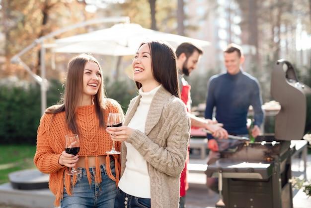Una compagnia di giovani si è riunita per un barbecue