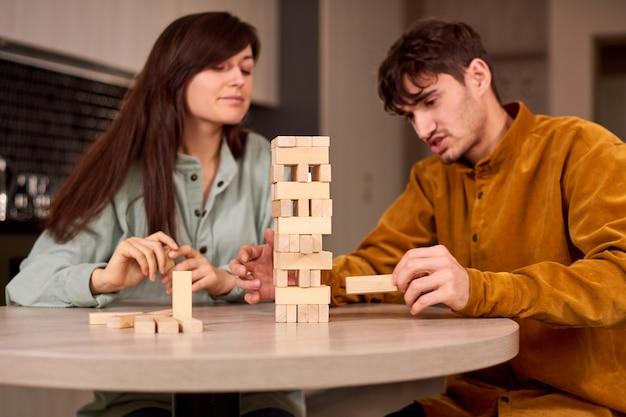 Compagnia di giovani gioca a giochi da tavolo in casa