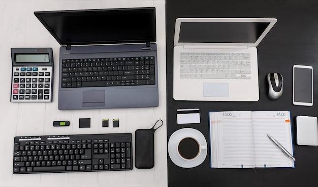 Confronto del design in bianco e nero del posto di lavoro