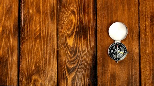 Bussola sulla superficie del tavolo in legno marrone
