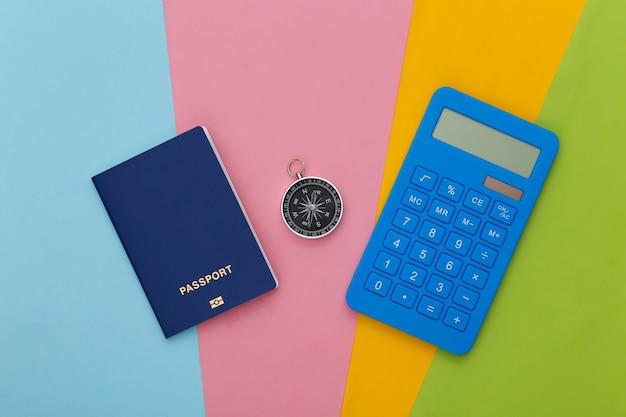 Bussola, calcolatrice e macchina fotografica. costo del viaggio,