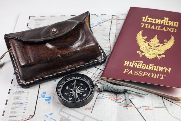 Bussola, macchina fotografica, passaporto, sulla mappa per i turisti.
