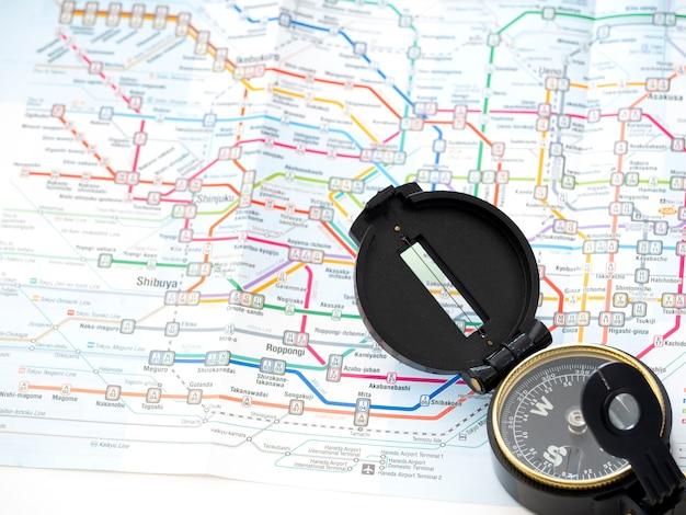 Bussola su una mappa viaggiare in giappone