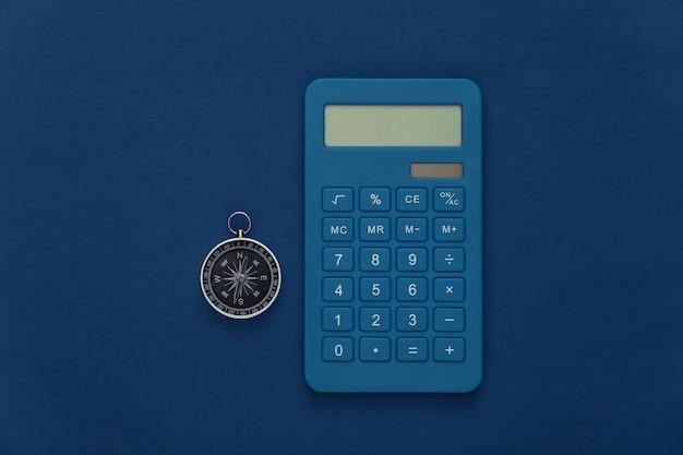 Bussola e passaporto su sfondo blu classico. vista dall'alto. concetto di viaggio minimalista. lay piatto