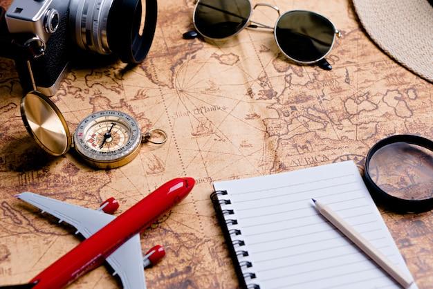 Bussola con accessori per la pianificazione del viaggio