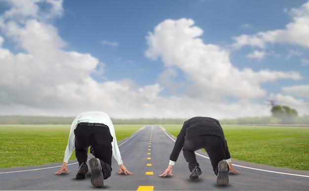 Sfida dell'uomo d'affari della concorrenza e battaglia per correre verso l'obiettivo nella posizione di partenza