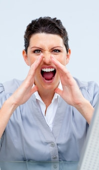 Donna d'affari competitivo urlando