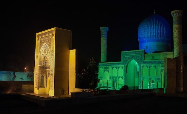 Il complesso di gur-emir nella notte. architettura antica dell'asia centrale