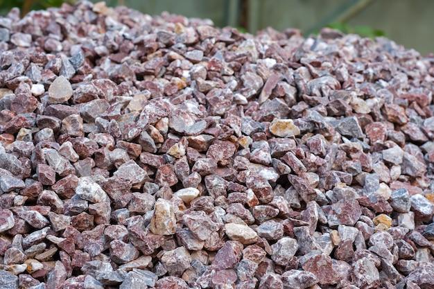 Pietre di trama complessa con motivo naturale di roccia bruno-rossastro fine e tagliente per lo sfondo.